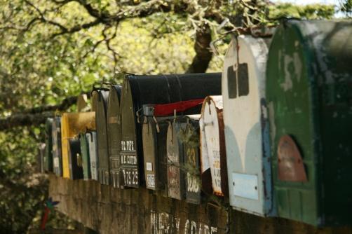 Cutii poștale jos la stația de pompieri