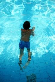 În piscină