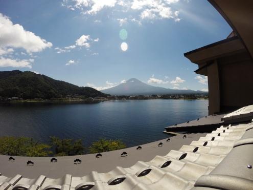 Lacul și Fuji la orizont